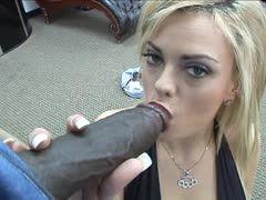 Blondine spritzt schwarzen Schwanz